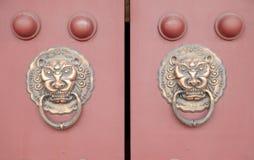 Forntida kinesisk knackare för arkitekturkoppardörr Royaltyfria Foton