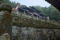 Forntida kinesisk kungfutempel i berget Wudang i skog royaltyfri bild