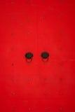 Forntida kinesisk röd dörr Royaltyfri Bild