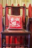 Forntida kinesisk stol med kudden Royaltyfri Bild