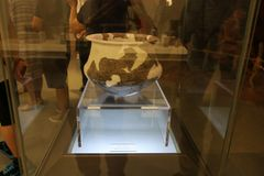 Forntida kinesiska porslinredskap som finnas i arkeologiska uppt?ckter royaltyfri foto