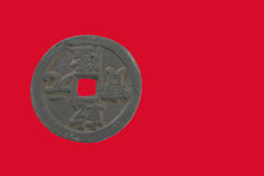 Forntida kinesiskt mynt med röd bakgrund Royaltyfria Foton