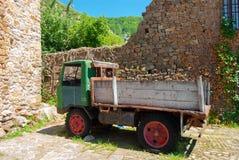 Forntida klassisk lastbil för tappning fotografering för bildbyråer