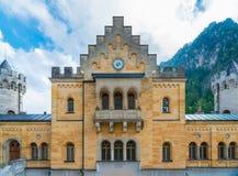 Forntida klocka i den inre borggården av den Neuschwanstein slotten Arkivbild