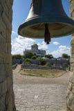 Forntida klocka och domkyrkan av St Vladimir i bakgrunden royaltyfri fotografi