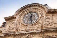 Forntida klocka på väggen av det Orsay museet i Paris Fotografering för Bildbyråer