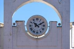 Forntida klocka som förläggas på taköverkant Royaltyfria Bilder