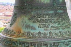 Forntida klocka upptill av det lutande tornet i Pisa, Italien Arkivbilder