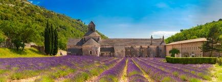Forntida kloster Abbey Notre-Dame de Senanque i Vaucluse, Frankrike Royaltyfria Foton