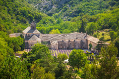 Forntida klosterNotre-Dame de Senanque abbotskloster i Vaucluse, Frankrike Arkivbilder