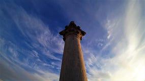 Forntida kolonn på bakgrunden av klar himmel royaltyfri foto