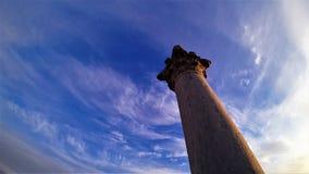 Forntida kolonn på bakgrunden av klar himmel royaltyfria foton