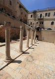 Forntida kolonner av Cardoen i Jerusalem Arkivbild