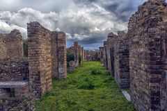 Forntida kolonner fördärvar efter utbrottet av Vesuvius i Pompeii, Italien Royaltyfri Fotografi
