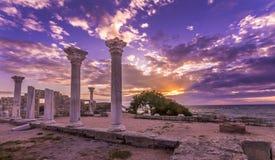 Forntida kolonner på solnedgången fotografering för bildbyråer