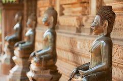 Forntida kopparBuddhastatyer förutom den Hor Phra Keo templet i Vientiane, Laos royaltyfri bild