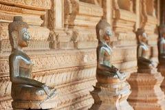Forntida kopparBuddhastatyer lokaliserade förutom den Hor Phra Keo templet i Vientiane, Laos arkivfoto