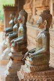 Forntida kopparBuddhastatyer lokaliserade förutom den Hor Phra Keo templet i Vientiane, Laos arkivbild