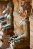 Forntida kopparBuddhastatyer lokaliserade förutom den Hor Phra Keo templet i Vientiane, Laos royaltyfri foto