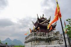 Forntida krenelerad porthus i molnig våreftermiddag, Guiyang royaltyfri fotografi