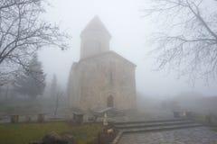 Forntida kristen kyrka av St Elisey i den Januari dimman Kish by, Azerbajdzjan arkivbild