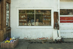 Forntida krukmakeri i det glass fönstret Mitchell Oregon Arkivfoton