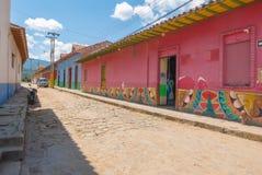 Forntida kulöra hus i gatorna av Raquira Colombia Royaltyfria Foton