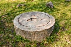 Forntida kvarnsten arkivbild