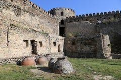 Forntida Kvevri - leraskyttlar för framställning av vin som begravas i jordningen under fästningväggen nära den Svetitskhoveli do royaltyfria bilder