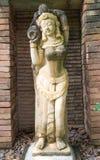 Forntida kvinnahåll en jarskulptur arkivfoto