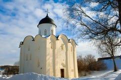 Forntida kyrka av Ryssland i fästningen Staraya Ladoga Royaltyfria Bilder