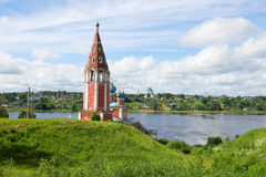 Forntida kyrka av symbolen av modern av guden Kazan mot bakgrunden av sommar Volga i den Juli eftermiddagen Tutaev Ryssland Royaltyfria Bilder