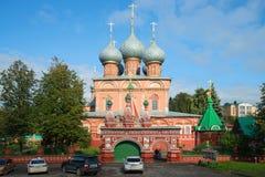 Forntida kyrka av uppståndelsen av Kristus på Debre på en solig September dag guld- cirkel russia Fotografering för Bildbyråer
