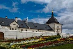 Forntida kyrka i den gamla kloster på den ryska östaden Royaltyfria Bilder