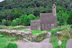 Forntida kyrka i skog Fotografering för Bildbyråer