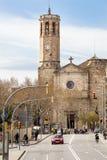 Forntida kyrka med kyrktorn i den gamla staden av Barcelona, Spanien royaltyfri foto