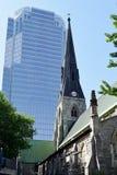 Forntida kyrka & modern skyskrapa, Montreal, Quebec, Kanada Arkivbild