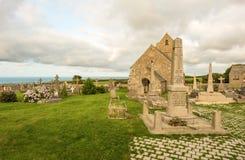 Forntida kyrka Notre-Dame de Jobourg och kyrkogårdla Hague, Normandie, Frankrike arkivfoton