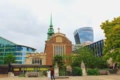 Forntida kyrka och modern arkitekturstad av London England Förenade kungariket Fotografering för Bildbyråer