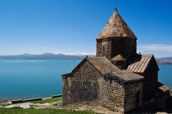 Forntida kyrka och sjö Sevan i Armenien arkivfoto