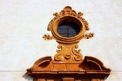 forntida kyrklig detaljdörr Arkivfoton
