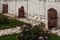 Forntida kyrkliga dörrar i den gamla kloster på den ryska ön Arkivfoton