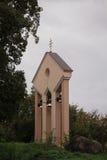 Forntida kyrkliga klockor på klockstapeltorn Arkivfoto