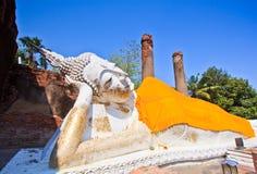 Forntida lägga ner den buddha statyn Royaltyfri Fotografi
