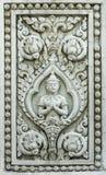 Forntida lättnadsskulptur av devaen i buddism med lotusblommablommor Royaltyfri Fotografi