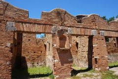 Forntida lagerbyggnader i Ostia Antica italy rome royaltyfri bild