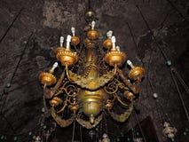 Forntida lampor som hänger i kyrkan av griften av St Mary royaltyfri fotografi