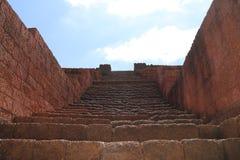 Forntida lateritestentrappa upp av grunden av den huvudsakliga stupaen, Khao Klang Nok, påverkan av Draravati kultur, 8th-9th årh royaltyfri fotografi