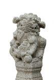 Forntida lejonstaty som isoleras på vit bakgrund Arkivbilder