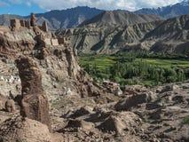 Forntida lera fördärvar av den buddistiska kloster av Basgo Gonpa som står högt ovanför den gröna dalen av Induset River, nordlig Arkivbilder